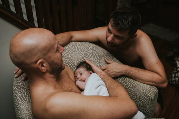 Cặp đồng tính nam bật khóc nức nở khi chứng kiến khoảnh khắc con đầu lòng chào đời - Ảnh 3.
