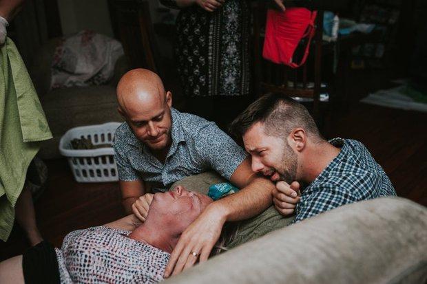 Cặp đồng tính nam bật khóc nức nở khi chứng kiến khoảnh khắc con đầu lòng chào đời - Ảnh 15.