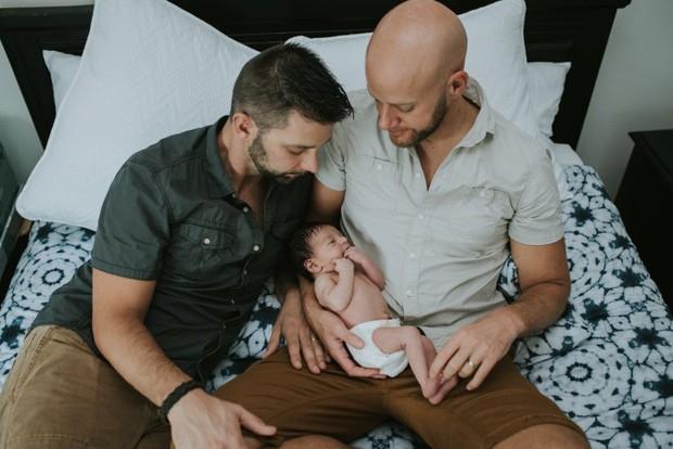 Cặp đồng tính nam bật khóc nức nở khi chứng kiến khoảnh khắc con đầu lòng chào đời - Ảnh 26.