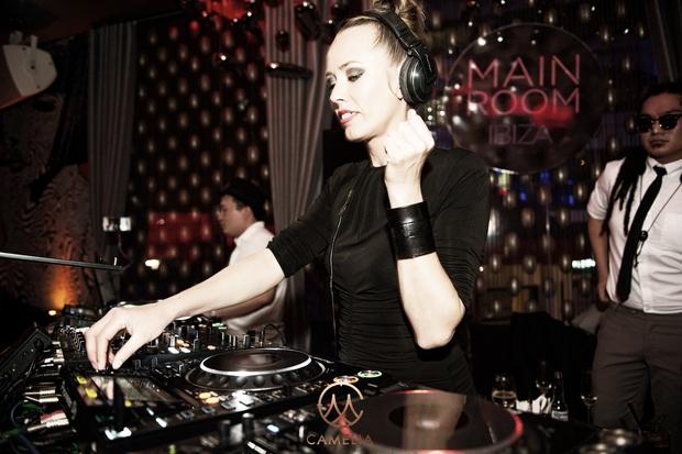 """Khán giả Hà Nội say sưa trong đêm nhạc đẳng cấp từ """"nữ thần"""" DJ Ibiza – Sarah Main - Ảnh 2."""