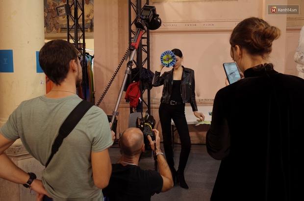 Clip độc quyền: Thùy Trang kết show Talbot Runhof tại Paris Fashion Week, nhận cát xê khủng ngay sau buổi diễn - Ảnh 11.