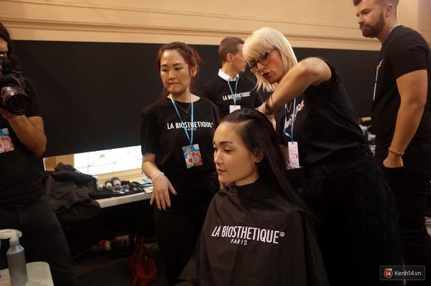 Clip độc quyền: Thùy Trang kết show Talbot Runhof tại Paris Fashion Week, nhận cát xê khủng ngay sau buổi diễn - Ảnh 8.