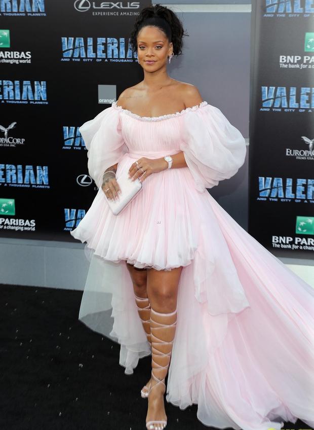 Rihanna đi đâu cũng phô ra hai quả bom nổ chậm, thời trang ngày càng khó hiểu quá đà - Ảnh 6.