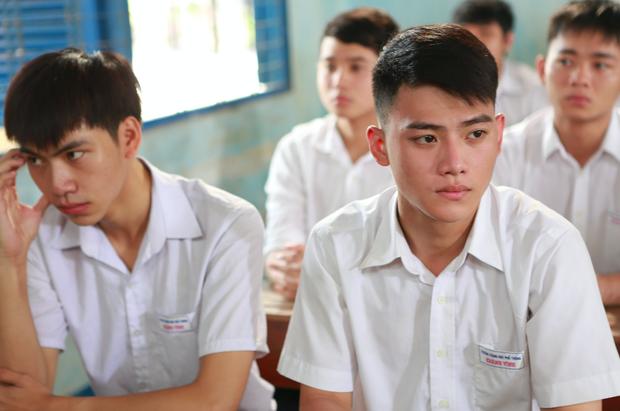 Anh Tú (Cười xuyên Việt) nắm tay bạn trai đến trường trong phim thanh xuân đồng tính Việt - Ảnh 9.