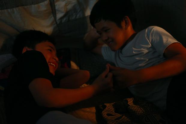 Anh Tú (Cười xuyên Việt) nắm tay bạn trai đến trường trong phim thanh xuân đồng tính Việt - Ảnh 8.