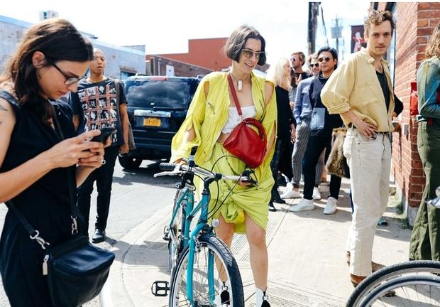 Nào chỉ hội tụ nhiều BST đẹp mĩ mãn, New York Fashion Week 2017 còn có vô vàn street style siêu chất - Ảnh 4.