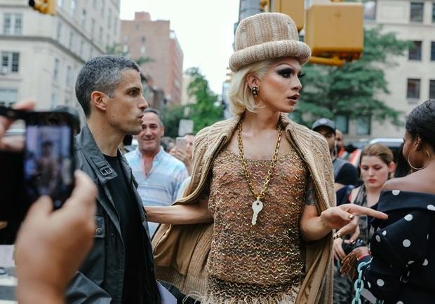 Nào chỉ hội tụ nhiều BST đẹp mĩ mãn, New York Fashion Week 2017 còn có vô vàn street style siêu chất - Ảnh 10.
