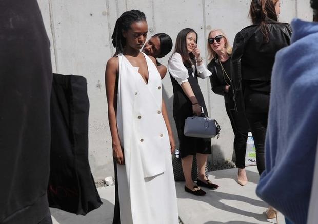 Nào chỉ hội tụ nhiều BST đẹp mĩ mãn, New York Fashion Week 2017 còn có vô vàn street style siêu chất - Ảnh 14.