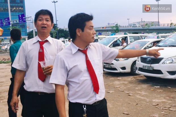 Hàng loạt ý kiến bức xúc việc taxi Vinasun dán decal phản đối Uber và Grab: Thay vì cạnh tranh không lành mạnh, hãy nâng cao chất lượng dịch vụ - Ảnh 2.