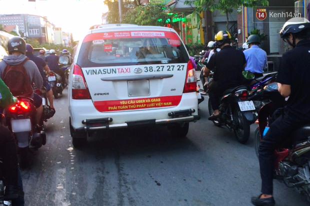 Hàng loạt ý kiến bức xúc việc taxi Vinasun dán decal phản đối Uber và Grab: Thay vì cạnh tranh không lành mạnh, hãy nâng cao chất lượng dịch vụ - Ảnh 1.
