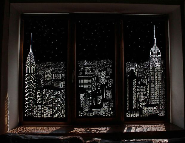 Tấm rèm cửa đục lỗ khiến bạn có cảm giác như đang sống trong penthouse nhìn xuống thành phố - Ảnh 1.