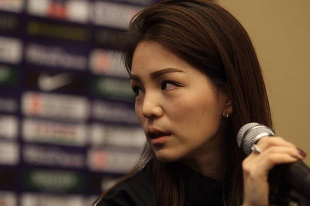 Nhan sắc trưởng đoàn Thái Lan gây sốt ở buổi họp HLV bóng đá SEA Games 29 - Ảnh 1.
