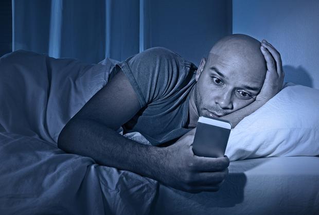 Có một cách tuyệt vời giúp bạn dùng điện thoại buổi đêm mà vẫn an toàn - Ảnh 2.