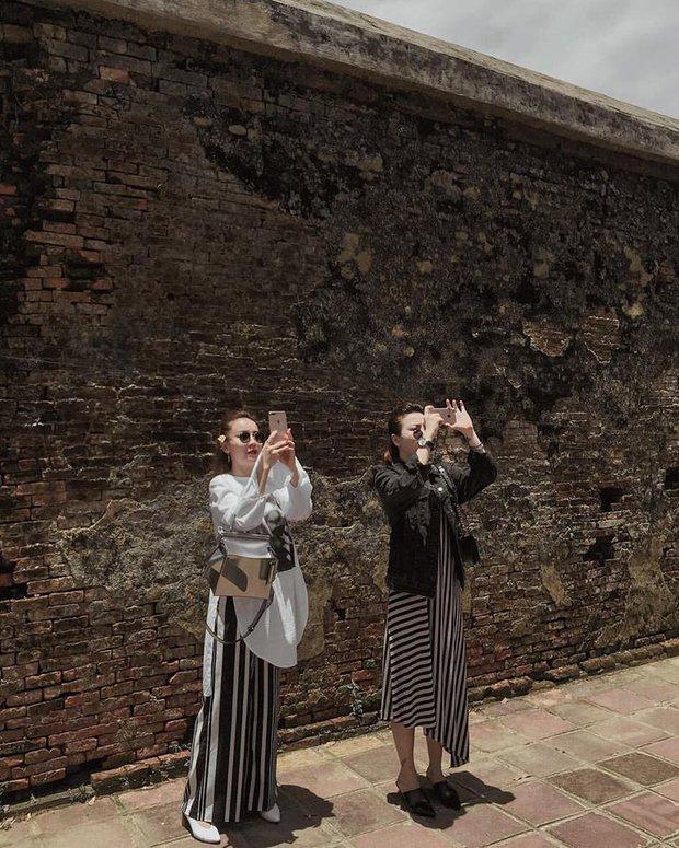 Chẳng hẹn mà gặp, cả Hà Hồ và Bảo Anh cứ thế diện chung một chiếc áo ra đường - Ảnh 5.
