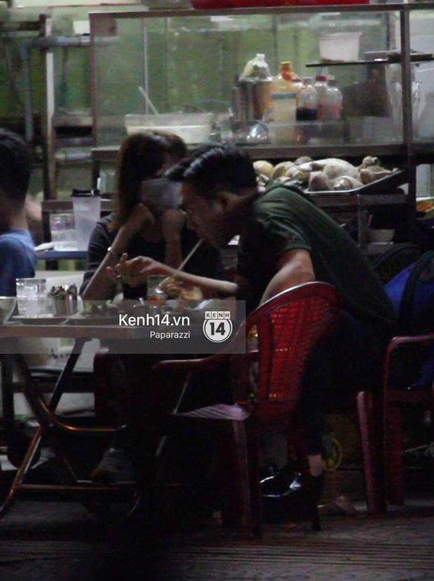 Mặc kệ dân mạng nghi ngờ là MC trong chuyện tình của Đào Bá Lộc, Trấn Thành vẫn hạnh phúc đi ăn đêm cùng Hari Won - Ảnh 11.
