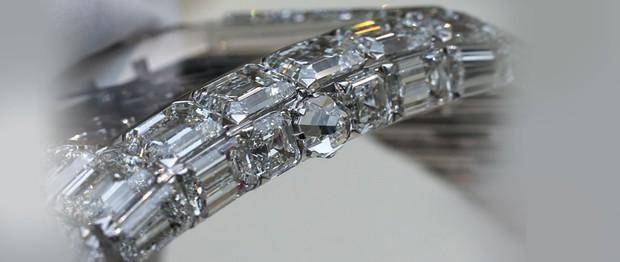 Đồng hồ nạm kim cương có giá ngang ngửa 90 siêu xe Ferrari - Ảnh 2.