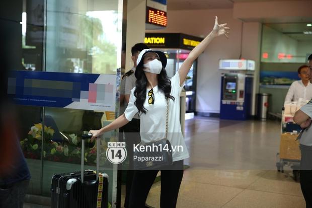 Đông Nhi xuất hiện giản dị tại sân bay.