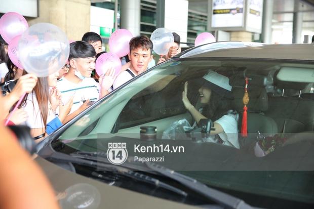 Sau đó cô nàng di chuyển lên xe, không quên vẫy tay chào người hâm mộ.