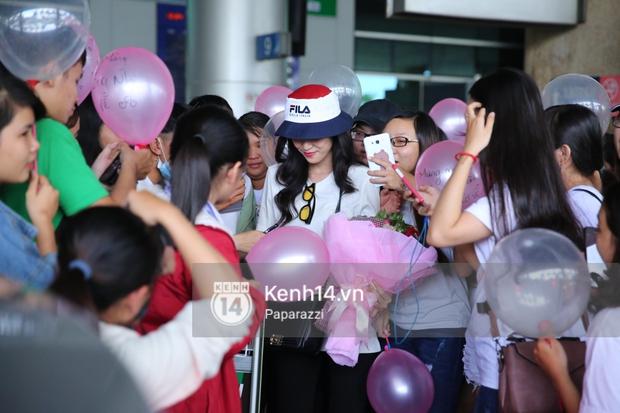 Dù khá mệt những trước tình cảm của fan, Đông Nhi vẫn tranh thủ chiều lòng FC, kí tặng, trò chuyện cùng những người yêu quý mình.