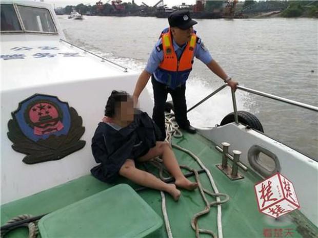 Vừa nhảy sông tự tử, cô gái liền hối hận và sống sót như kì tích nhờ nỗ lực cố nổi khi lênh đênh suốt 40km - Ảnh 1.
