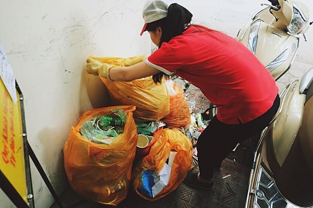 Ngao ngán cảnh sinh viên ôm chăn gối theo để ngủ, xả rác bừa bãi trong các cửa hàng tiện lợi - Ảnh 7.