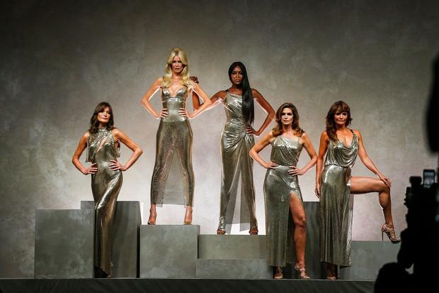 Hội chị em bạn dì siêu mẫu huyền thoại từ thời bố mẹ mình đã quy tụ đầy đủ trên sàn diễn Versace - Ảnh 2.