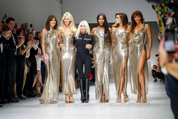 Hội chị em bạn dì siêu mẫu huyền thoại từ thời bố mẹ mình đã quy tụ đầy đủ trên sàn diễn Versace - Ảnh 3.