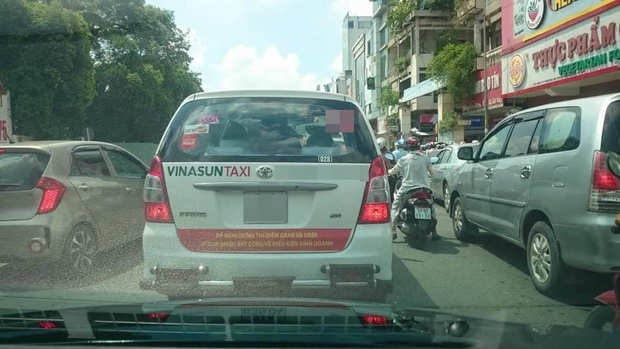 Hàng loạt taxi ở Sài Gòn dán decal phản đối Uber và Grab, Đại diện Vinasun nói: Tài xế tự phát, nhưng khẩu hiệu không đến nỗi quá đáng - Ảnh 1.