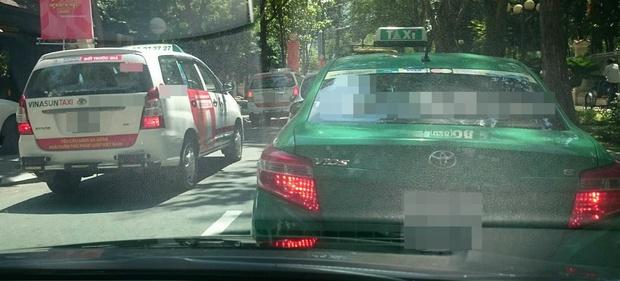 Hàng loạt taxi ở Sài Gòn dán decal phản đối Uber và Grab, Đại diện Vinasun nói: Tài xế tự phát, nhưng khẩu hiệu không đến nỗi quá đáng - Ảnh 2.