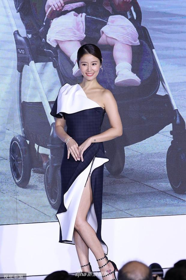 Lộ bụng lớn, Lâm Tâm Như vẫn gây sốt khi khoe chân sexy ngút ngàn, tiết lộ Hoắc Kiến Hoa sủng cô con gái rượu - Ảnh 2.