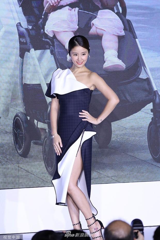 Lộ bụng lớn, Lâm Tâm Như vẫn gây sốt khi khoe chân sexy ngút ngàn, tiết lộ Hoắc Kiến Hoa sủng cô con gái rượu - Ảnh 3.