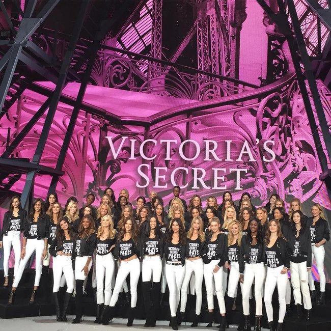 Dàn mẫu Victorias Secret đổ bộ sân khấu để tổng duyệt show, bật mí concept makeup và làm tóc - Ảnh 1.