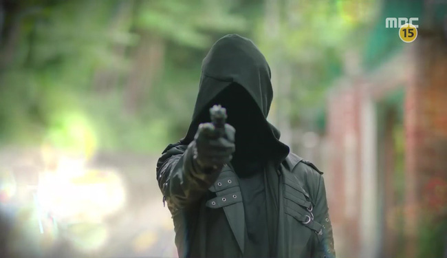 Triệu hồi Conan phá án, bắt tên sát thủ áo đen muốn diệt Lee Jong Suk!