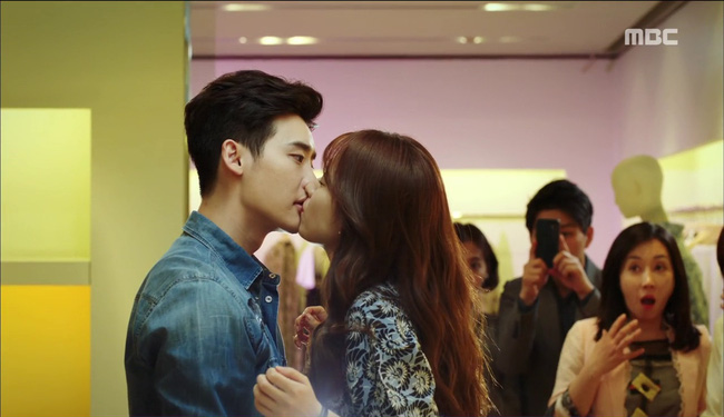 """""""W"""" tập 2: Han Hyo Joo vừa tát vừa hôn Lee Jong Suk - Ảnh 3."""