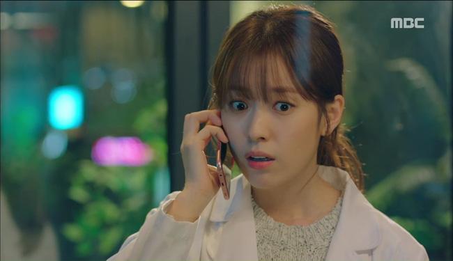 """""""W"""" tập 2: Han Hyo Joo vừa tát vừa hôn Lee Jong Suk - Ảnh 9."""