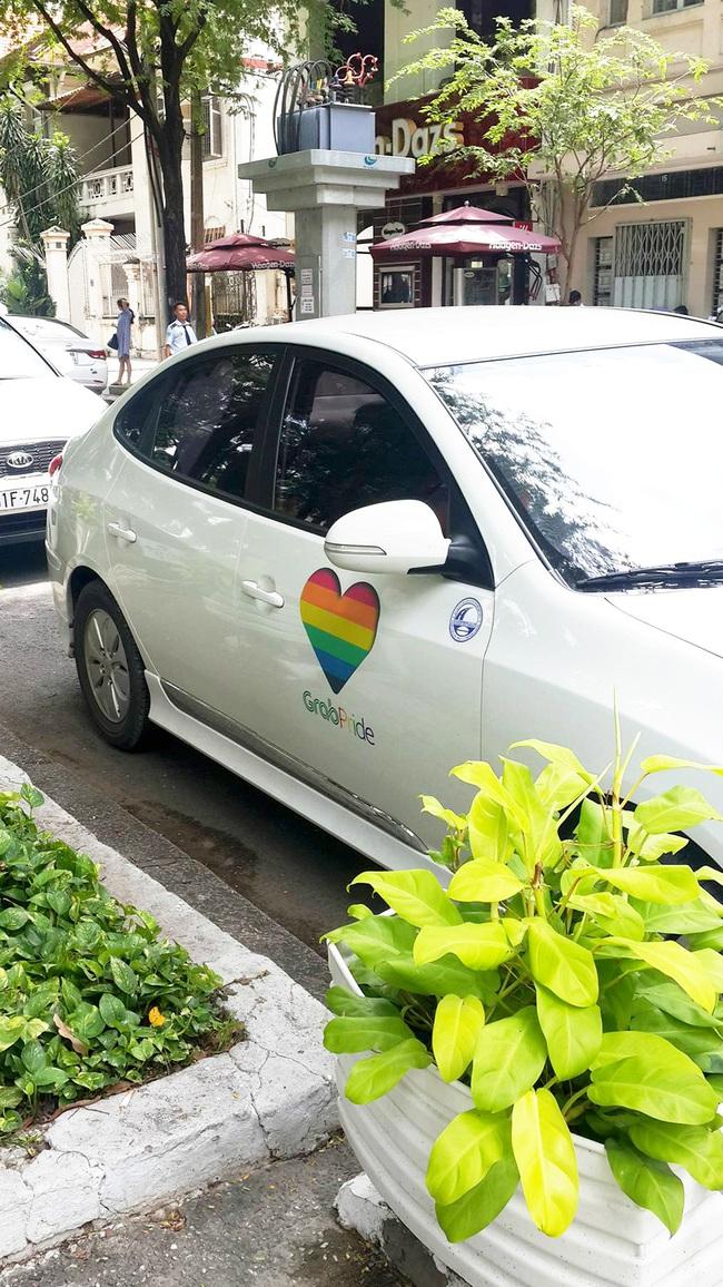 Những chiếc taxi treo cờ lục sắc để hưởng ứng ngày hội Viet Pride ở Sài Gòn - Ảnh 1.