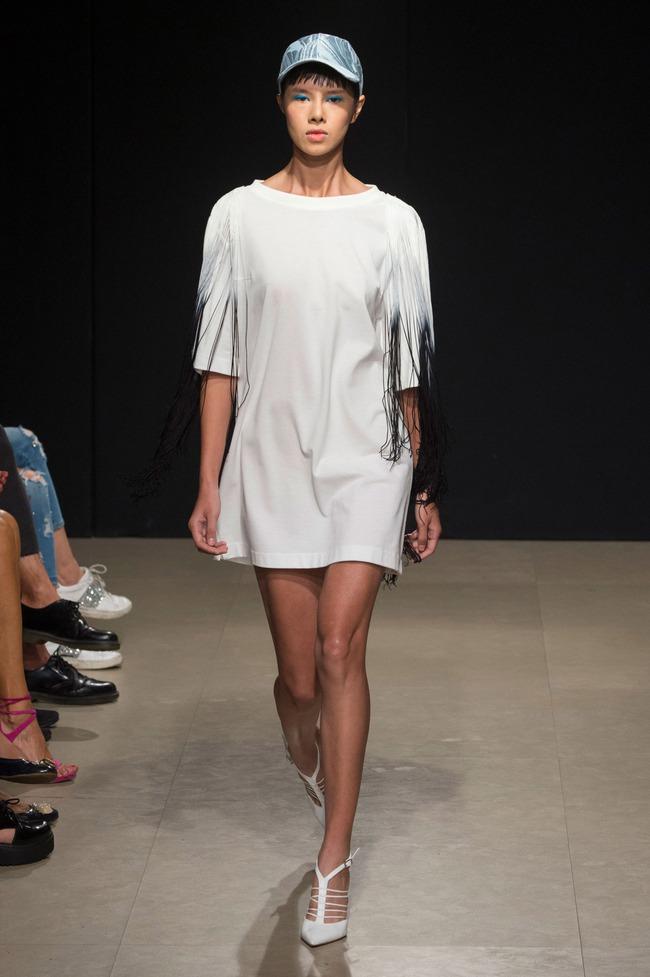 Đỗ Hà sải bước trong show diễn mở màn Tuần lễ thời trang Milan - Ảnh 1.