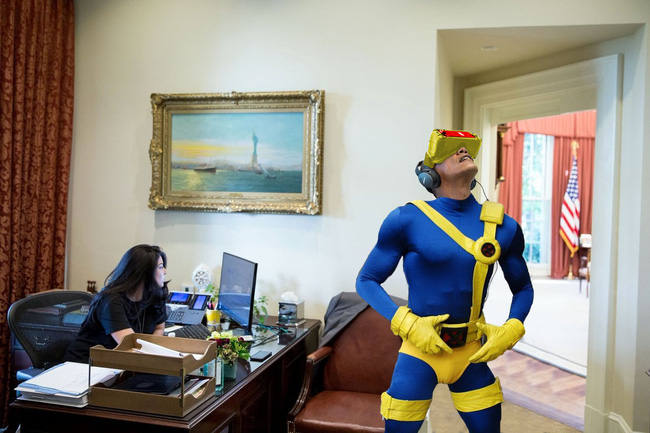 Mải nghịch kính thực tế ảo, Tổng thống Obama thành nạn nhân của các thánh chế ảnh - Ảnh 3.