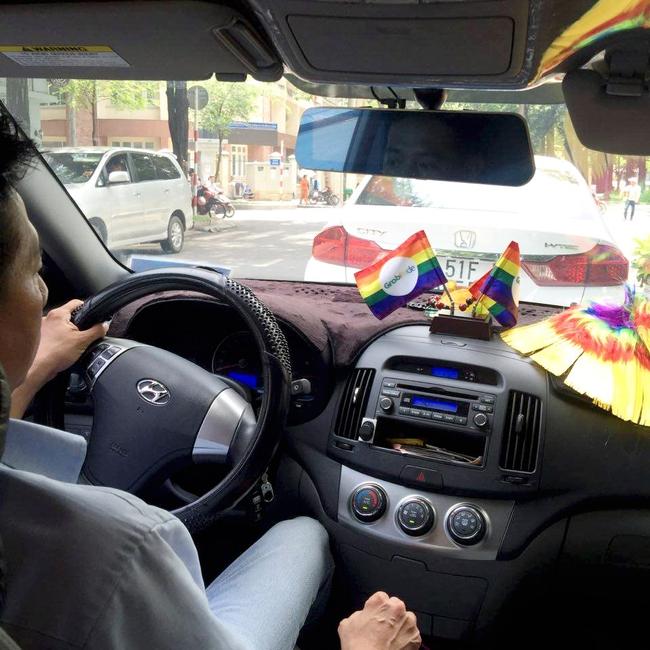 Những chiếc taxi treo cờ lục sắc để hưởng ứng ngày hội Viet Pride ở Sài Gòn - Ảnh 2.