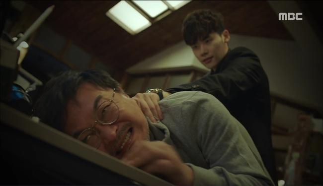 """""""W"""": Lee Jong Suk nã đạn vào chính cha đẻ đã tạo ra mình"""