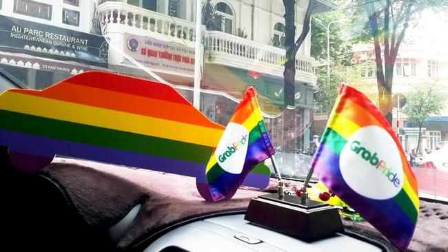 Những chiếc taxi treo cờ lục sắc để hưởng ứng ngày hội Viet Pride ở Sài Gòn - Ảnh 3.