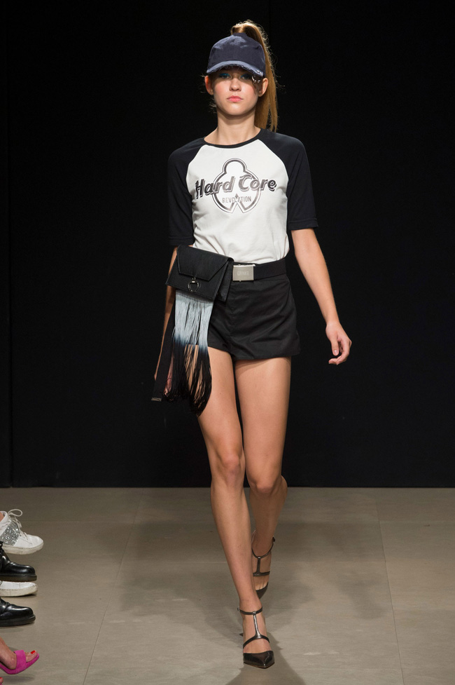 Đỗ Hà sải bước trong show diễn mở màn Tuần lễ thời trang Milan - Ảnh 4.