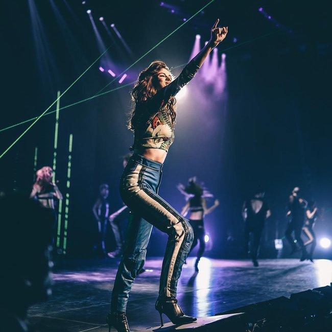 Selena Gomez lại khiến fan rạo rực với loạt trang phục biểu diễn trong tour mới nhất - Ảnh 4.