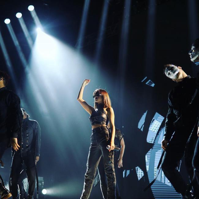 Selena Gomez lại khiến fan rạo rực với loạt trang phục biểu diễn trong tour mới nhất - Ảnh 9.