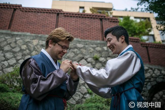 Chuyện tình đẹp của cặp đồng tính nam kết hôn tại Hàn Quốc nhưng phải sang Thụy Sĩ để đăng ký - Ảnh 1.