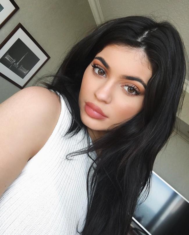 Kylie Jenner hối hận vì từng bơm môi quá đà - Ảnh 1.