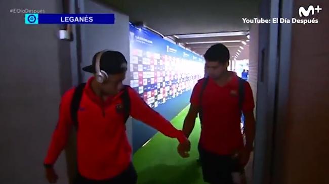 Neymar chơi lầy, bôi kẹo cao su nhai dở vào tay Suarez - Ảnh 3.