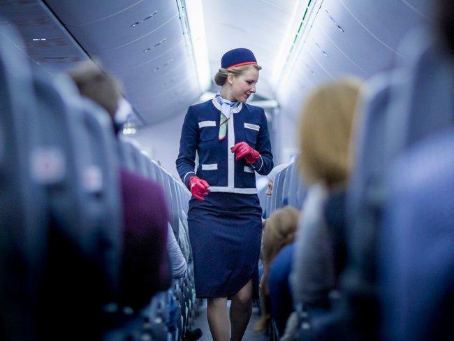 Tiếp viên hàng không chia sẻ 21 điều bạn không nên làm khi đi máy bay
