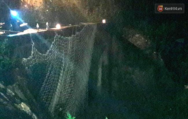 Trắng đêm giăng lưới tìm bé trai bị nước mưa cuốn xuống cống khi đang đẩy giúp xe chết máy - Ảnh 1.
