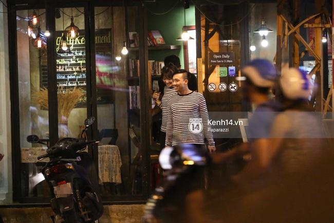 Bắt gặp Hari Won - Trấn Thành diện đồ đôi, vô tư âu yếm nhau ở rạp chiếu phim - Ảnh 1.